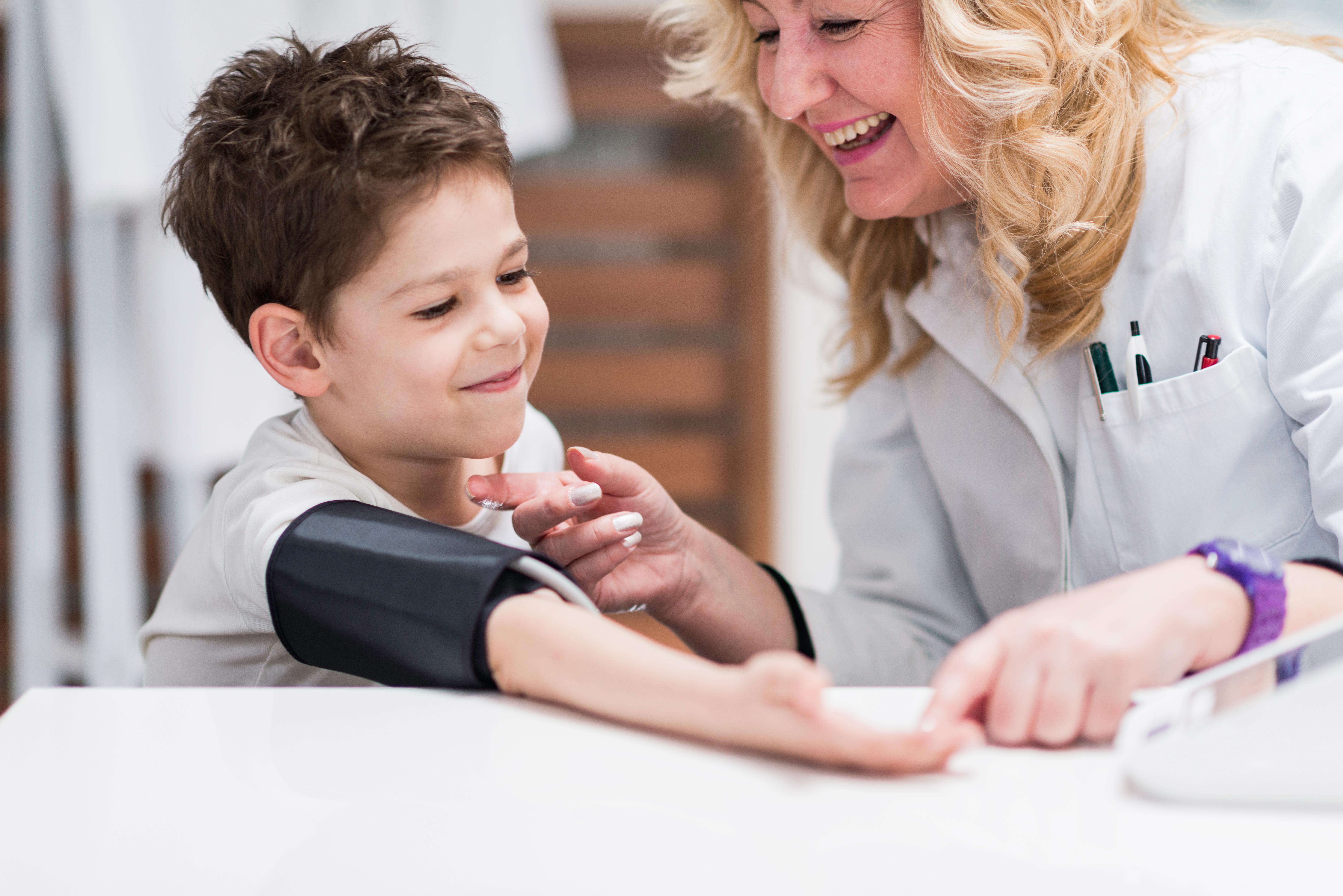 Les enfants en surpoids à 4 ans, ont un risque d'hypertension artérielle à 6 ans, ce qui augmente leur risque de crise cardiaque et d'AVC plus tard dans la vie