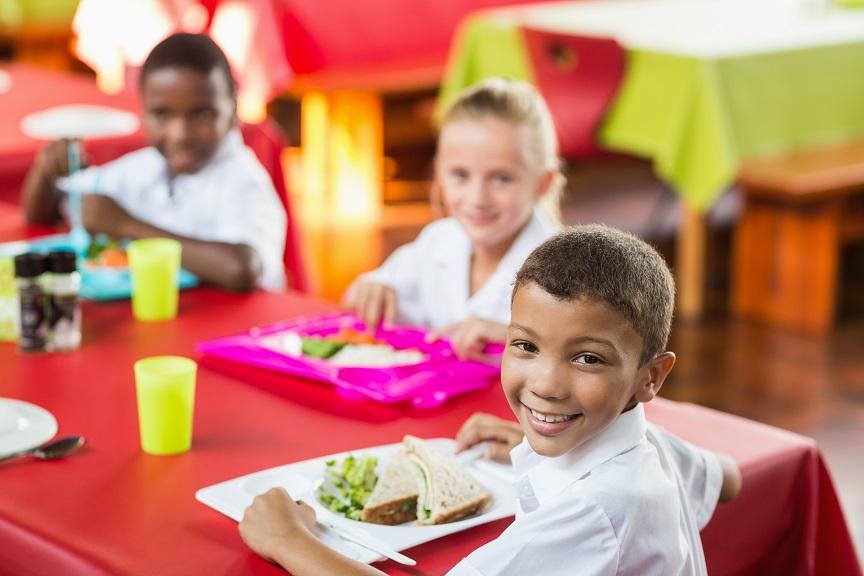 Les enfants des écoles primaires ayant bénéficié d'un programme de déjeuners gratuits, proposant des apports équilibrés sur une longue période, obtiennent de meilleurs résultats d'apprentissage