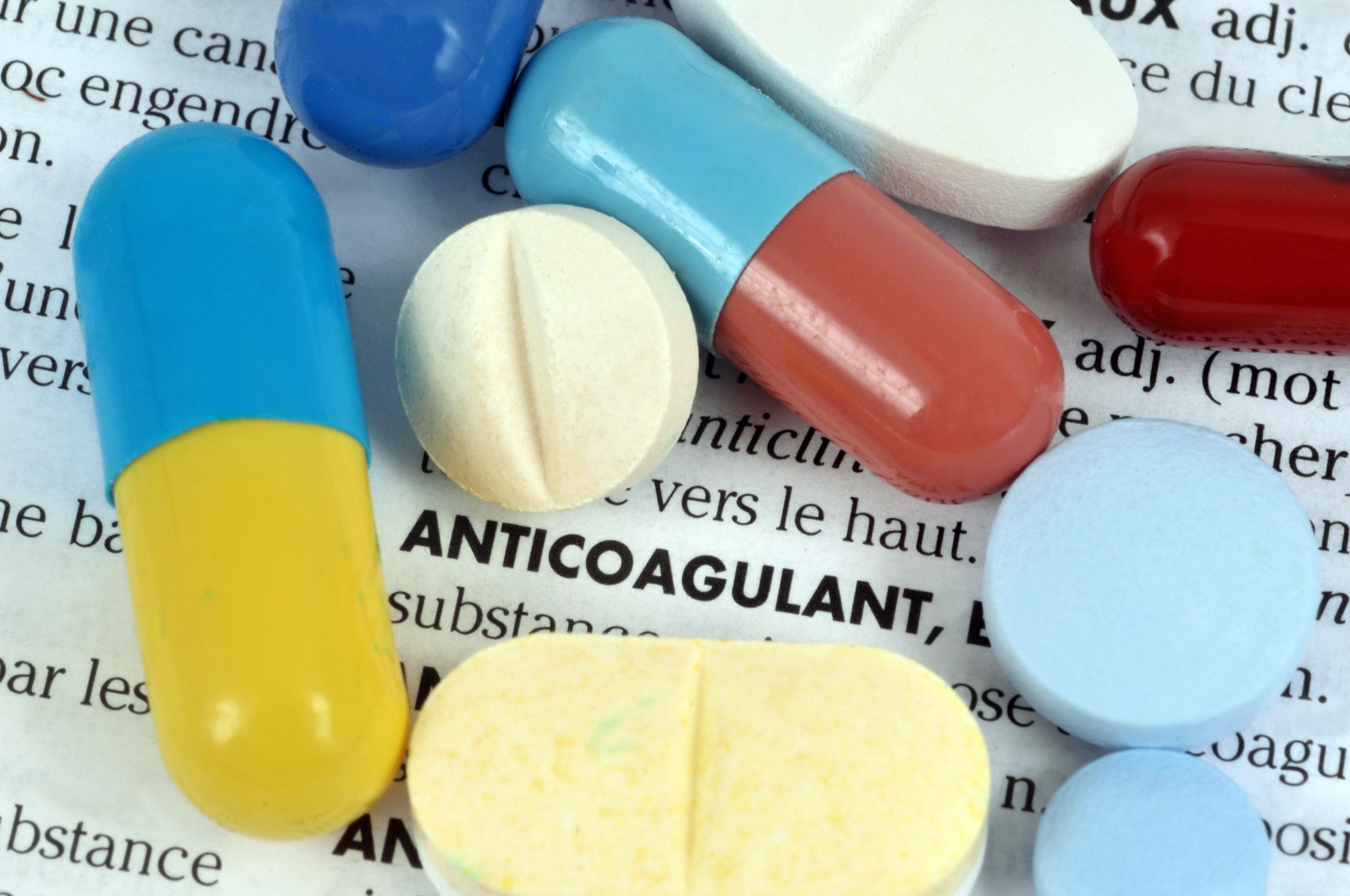Les effets indésirables des AVKs notamment le risque d'hémorragie, sont bien connus.