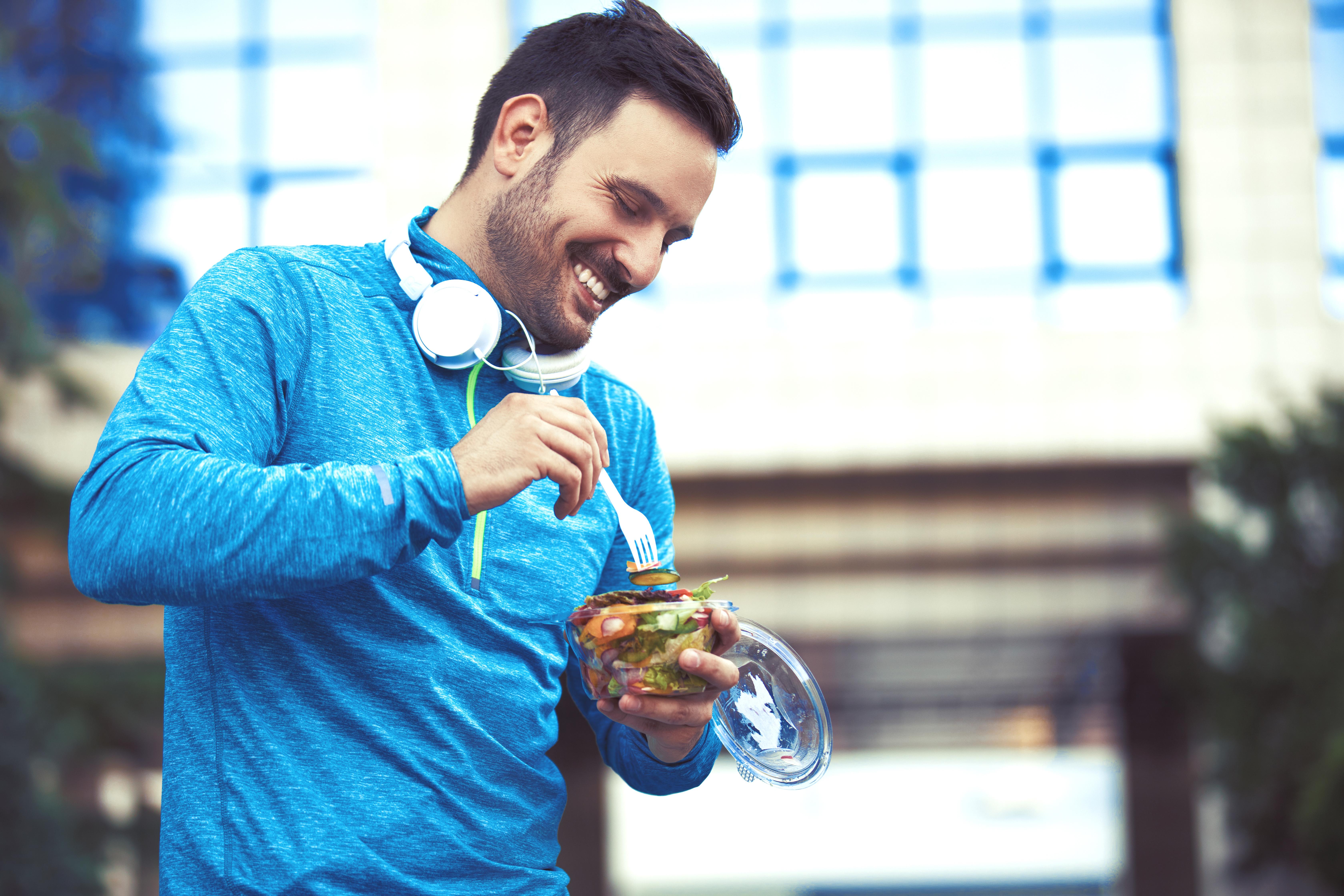 Les hommes adhérant à un régime allégé en matières grasses présentent des niveaux inférieurs de testostérone sérique par rapport aux hommes qui suivent un régime non restrictif