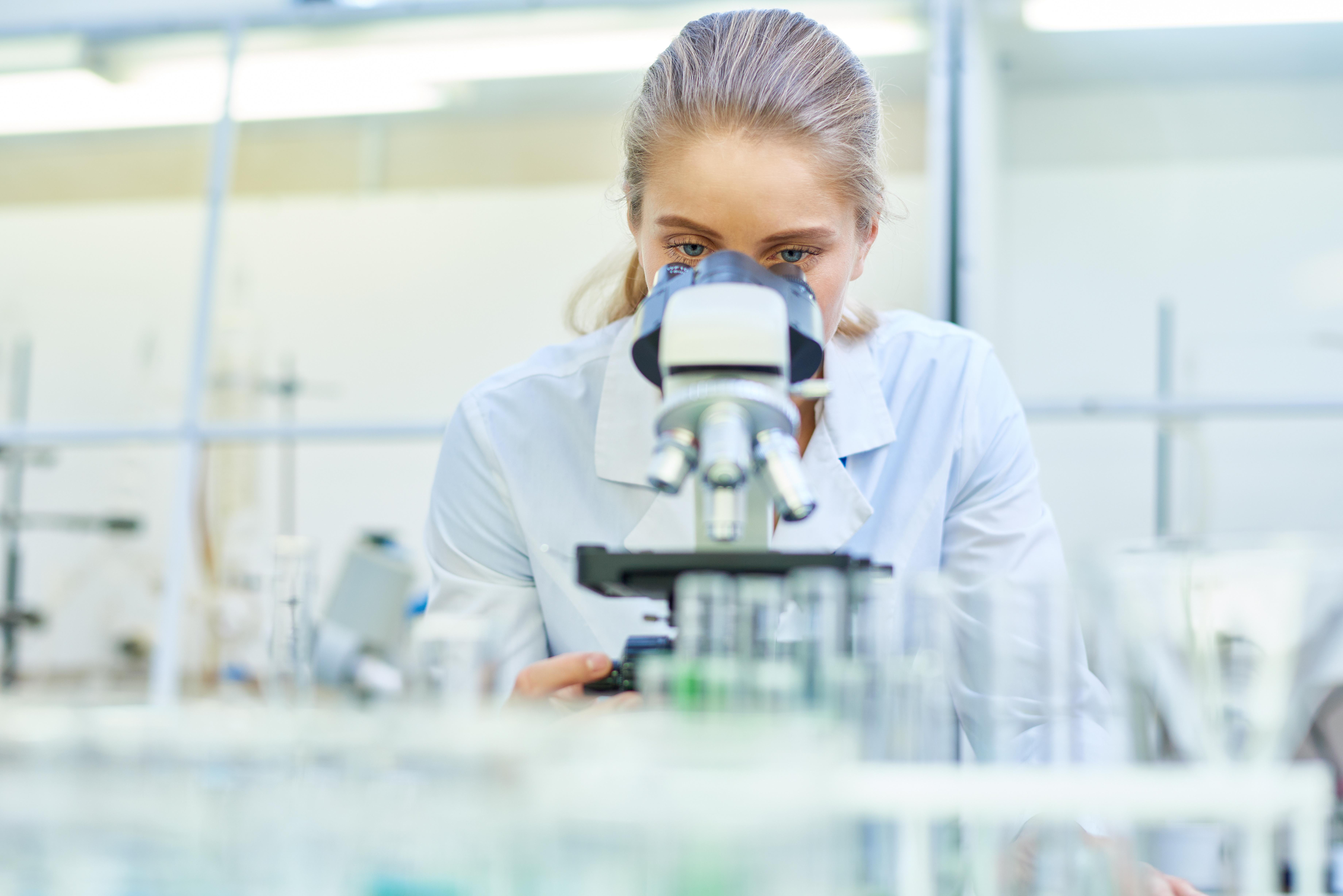 Les cellules sénescentes vieillissantes cessent de produire une classe de produits chimiques appelés nucléotides, des éléments constitutifs clés de l'ADN.