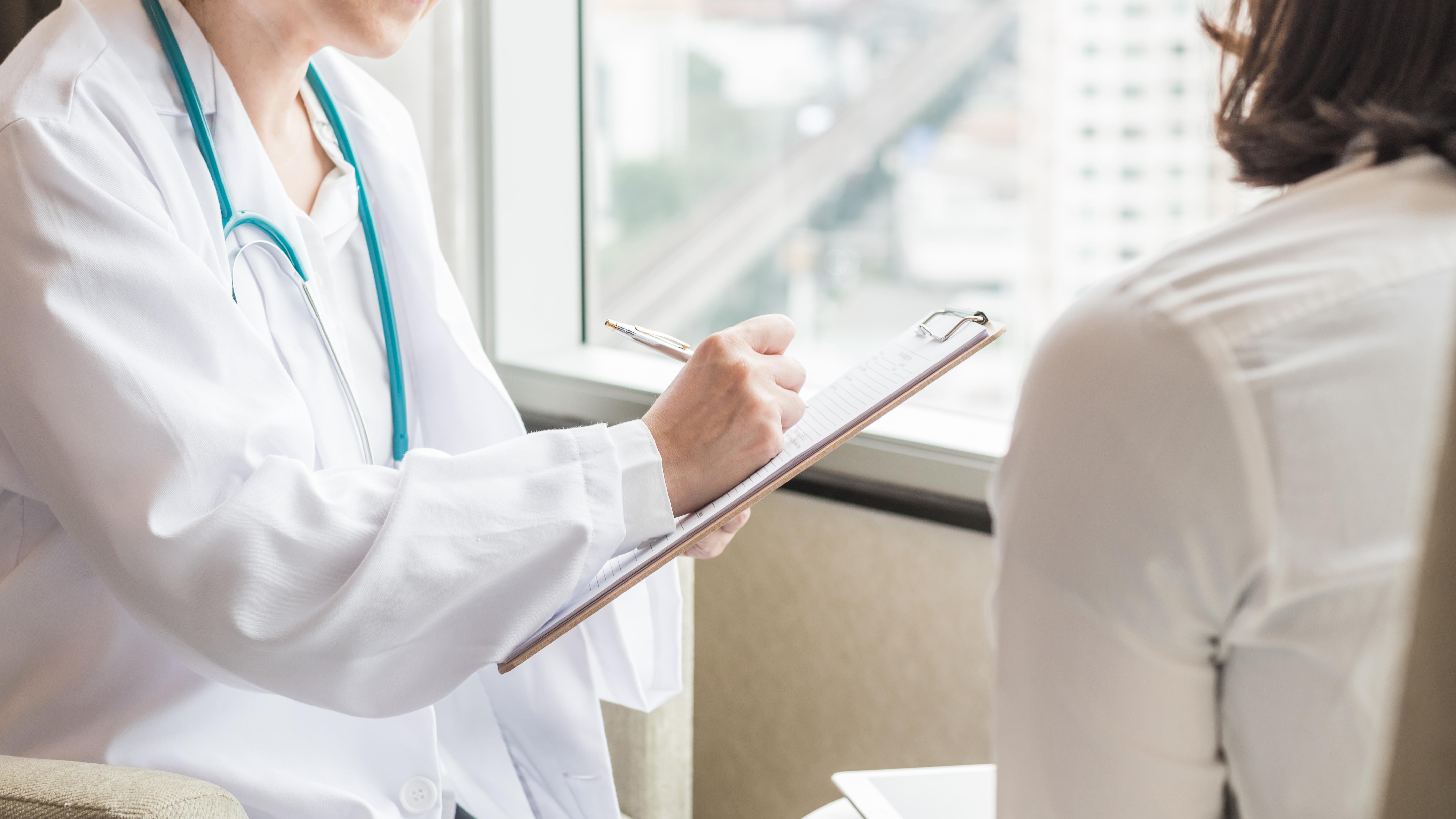 Une hormonothérapie de la ménopause suivie à partir de 50 ans et durant 5 ans augmente l'incidence du cancer du sein d'environ un cas supplémentaire sur 50.