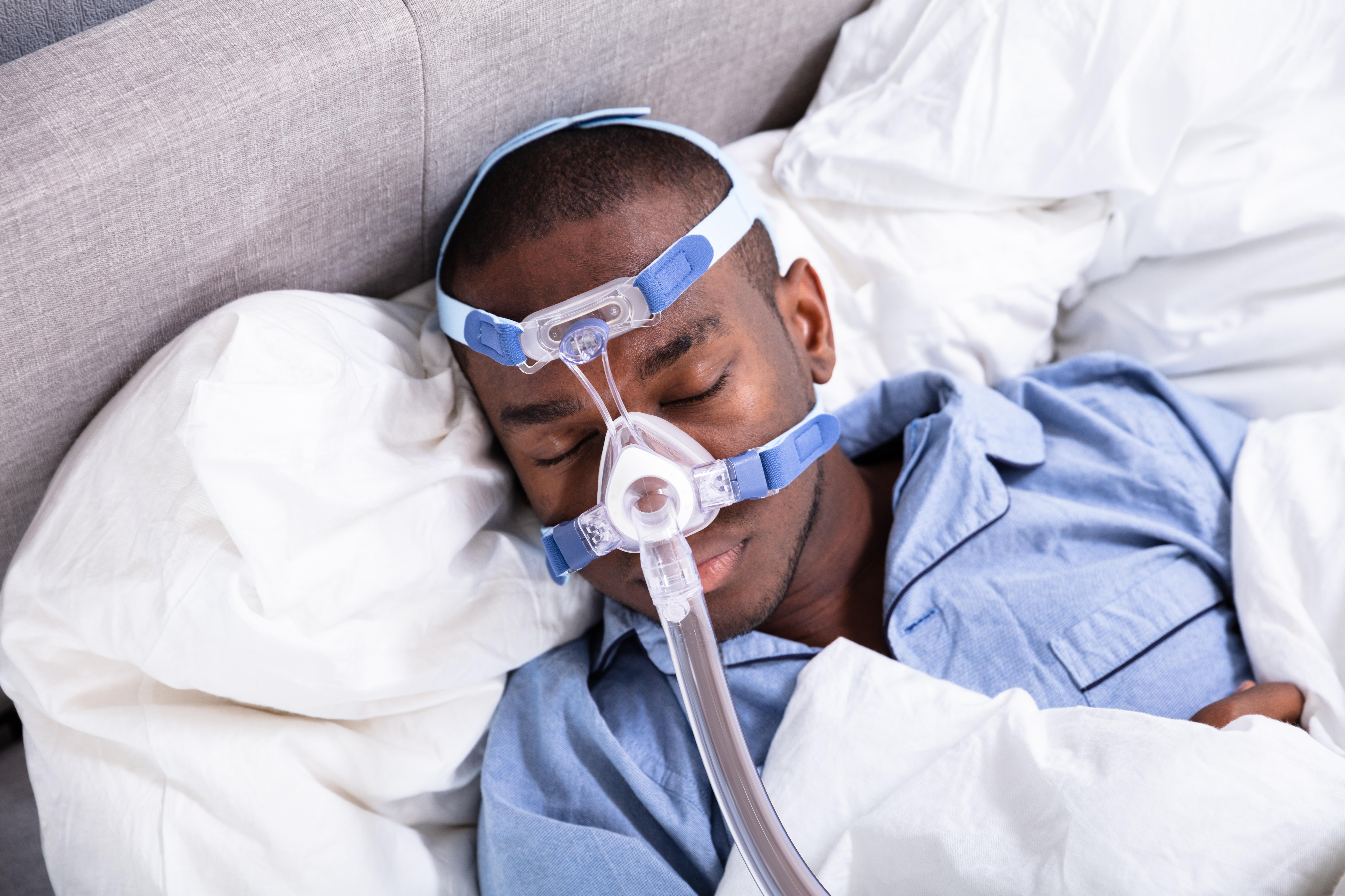 Utilisée pour traiter le syndrome d'apnée obstructive du sommeil (SAOS), la pression positive utilisée de manière précoce pour certains patients COVID-19 permet de sauver des vies (Visuel Adobe Stock 233807292)