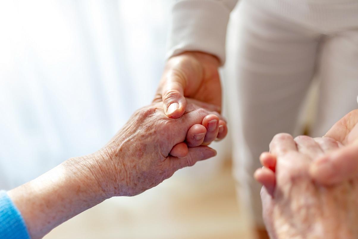 Parmi les besoins fondamentaux de l'être humain, qui doivent être soutenus par les soignants et les aidants naturels, y compris chez la personne âgée, figure la mobilité (Visuel Adobe Stock 237850034)