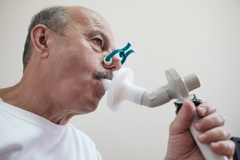 L'équipe a suivi 28.584 participants d'âge moyen exempts de troubles cardiaques. Les participants ont passé des tests de spirométrie afin d'évaluer le fonctionnement pulmonaire (Visuel Adobe stock 289588262)