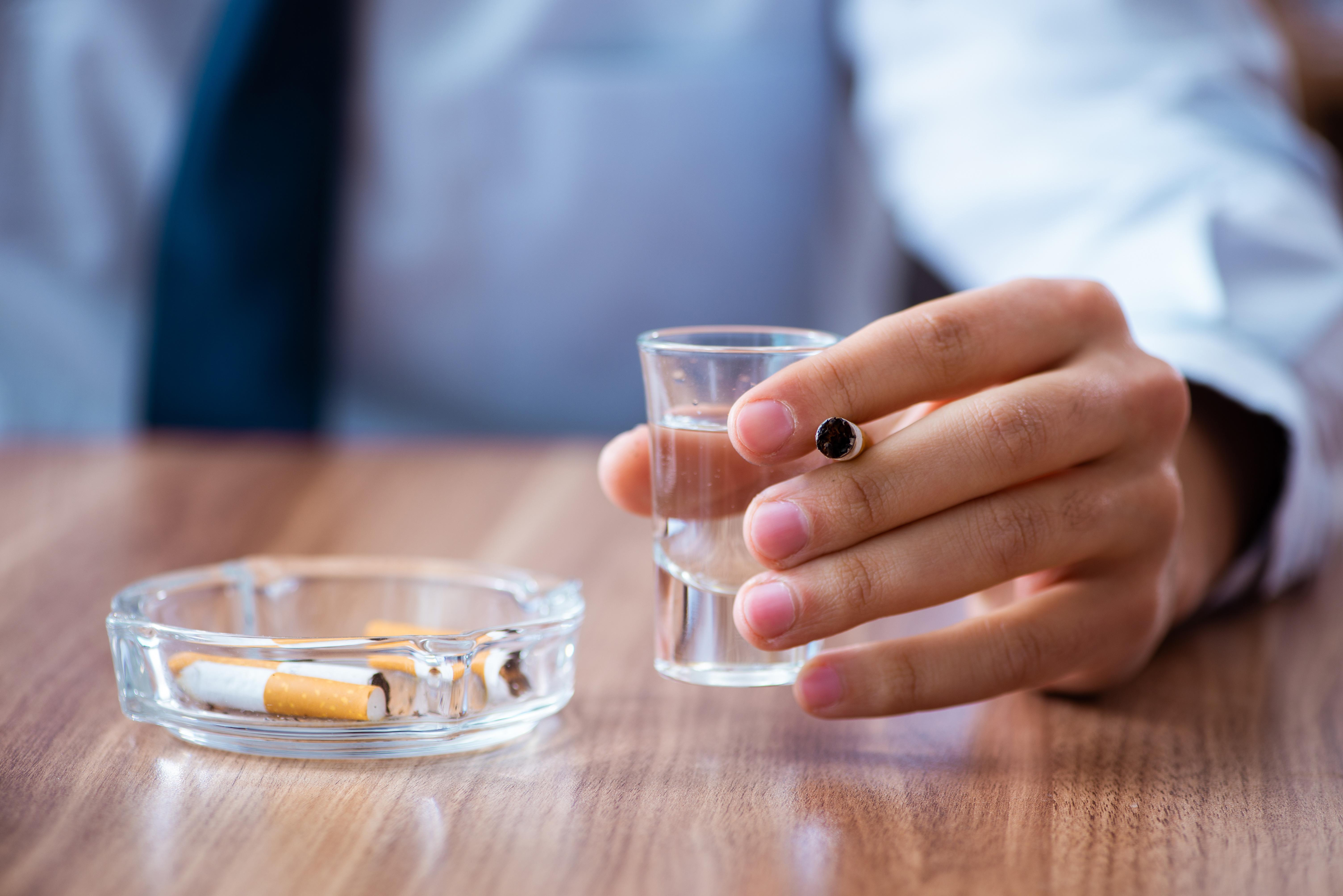 Environ 20 à 25 % des fumeurs sont également de gros buveurs (Visuel Adobe Stock 289811589)