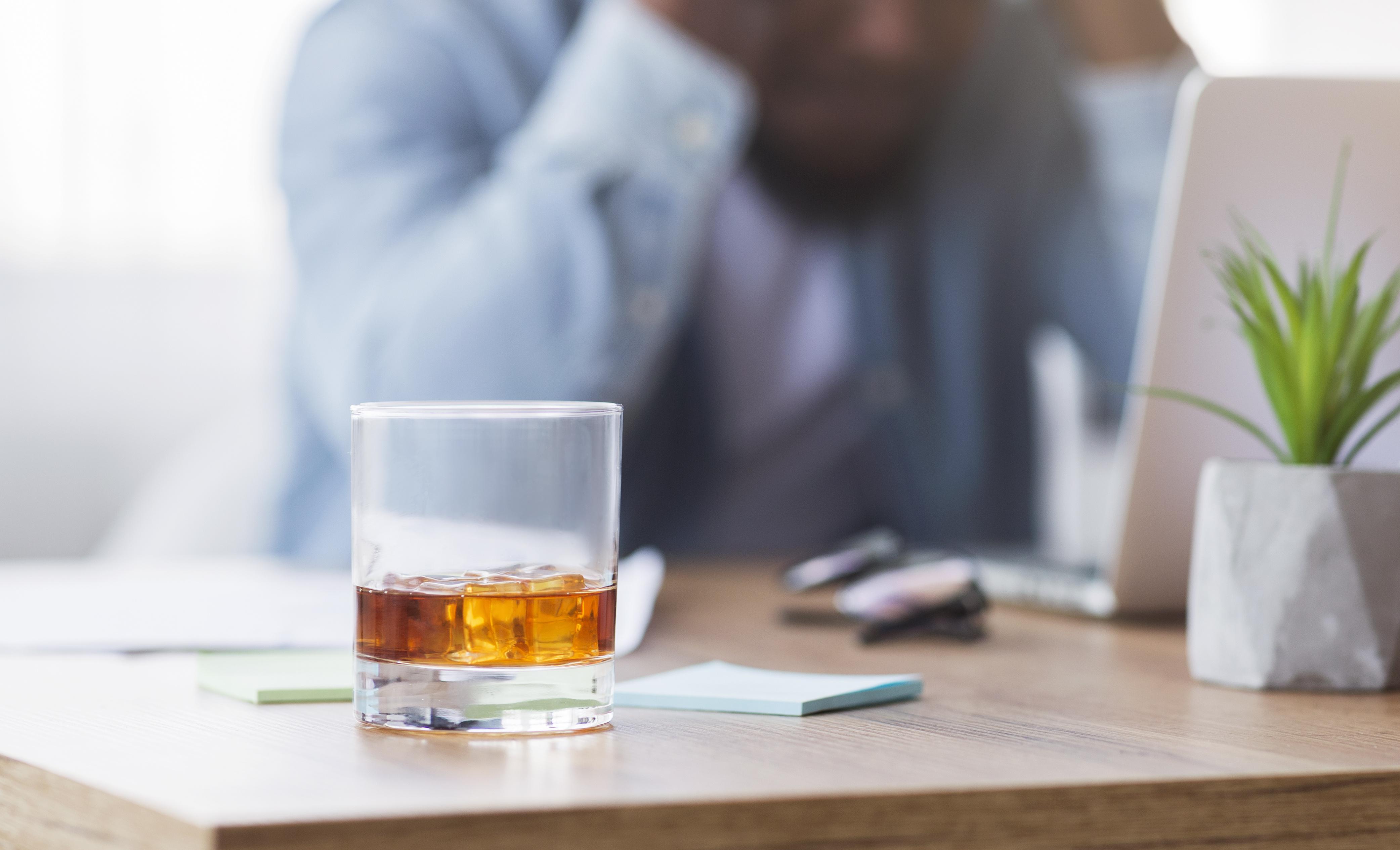 Une consommation modérée d'alcool peut calmer les signaux de stress dans le cerveau et apaiser le rythme cardiaque (Visuel Adobe Stock 295868768)