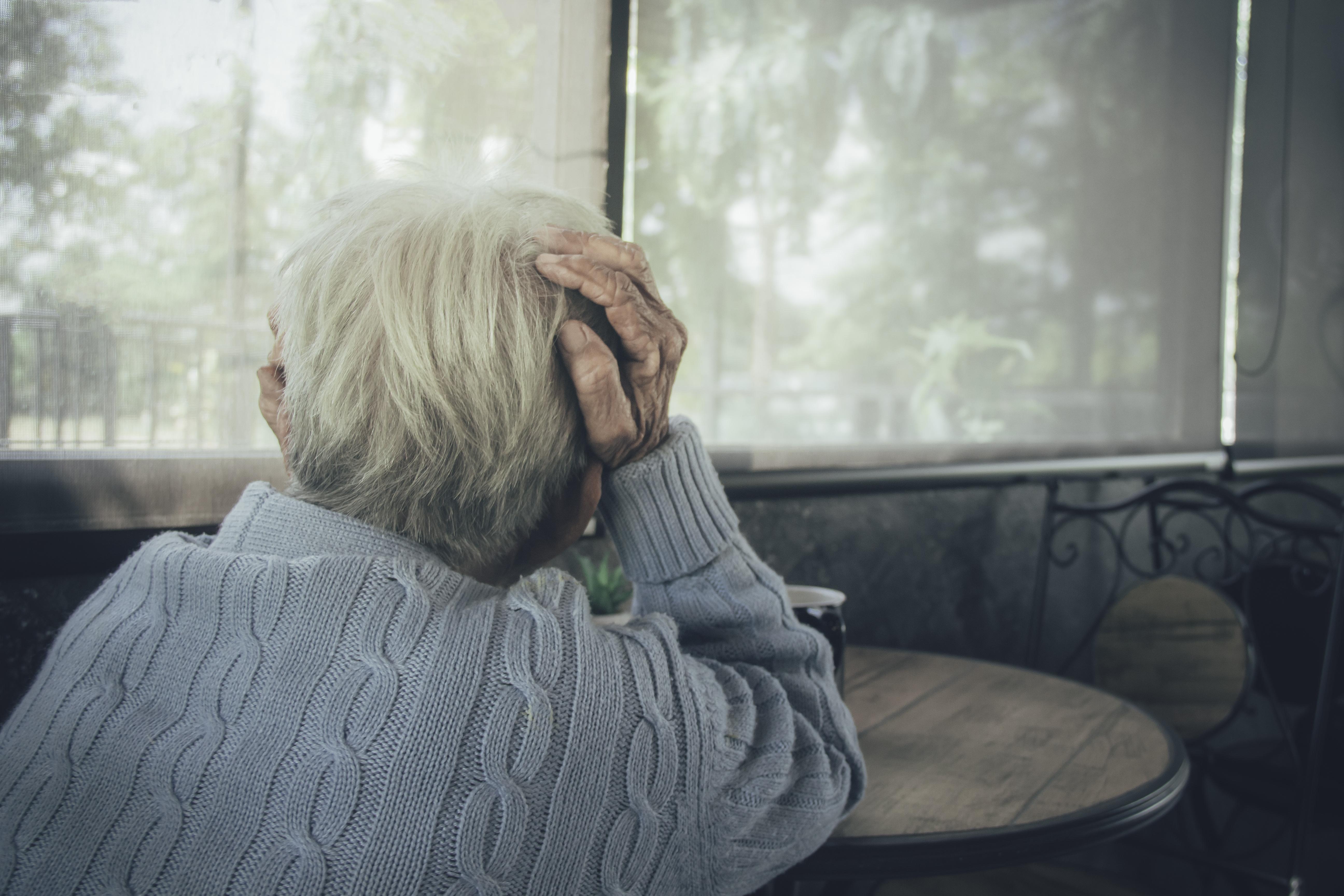 Comment la population et notamment les plus âgés font-ils face aux effets du COVID-19 sur la santé mentale ? (Visuel Adobe Stock 315682169)