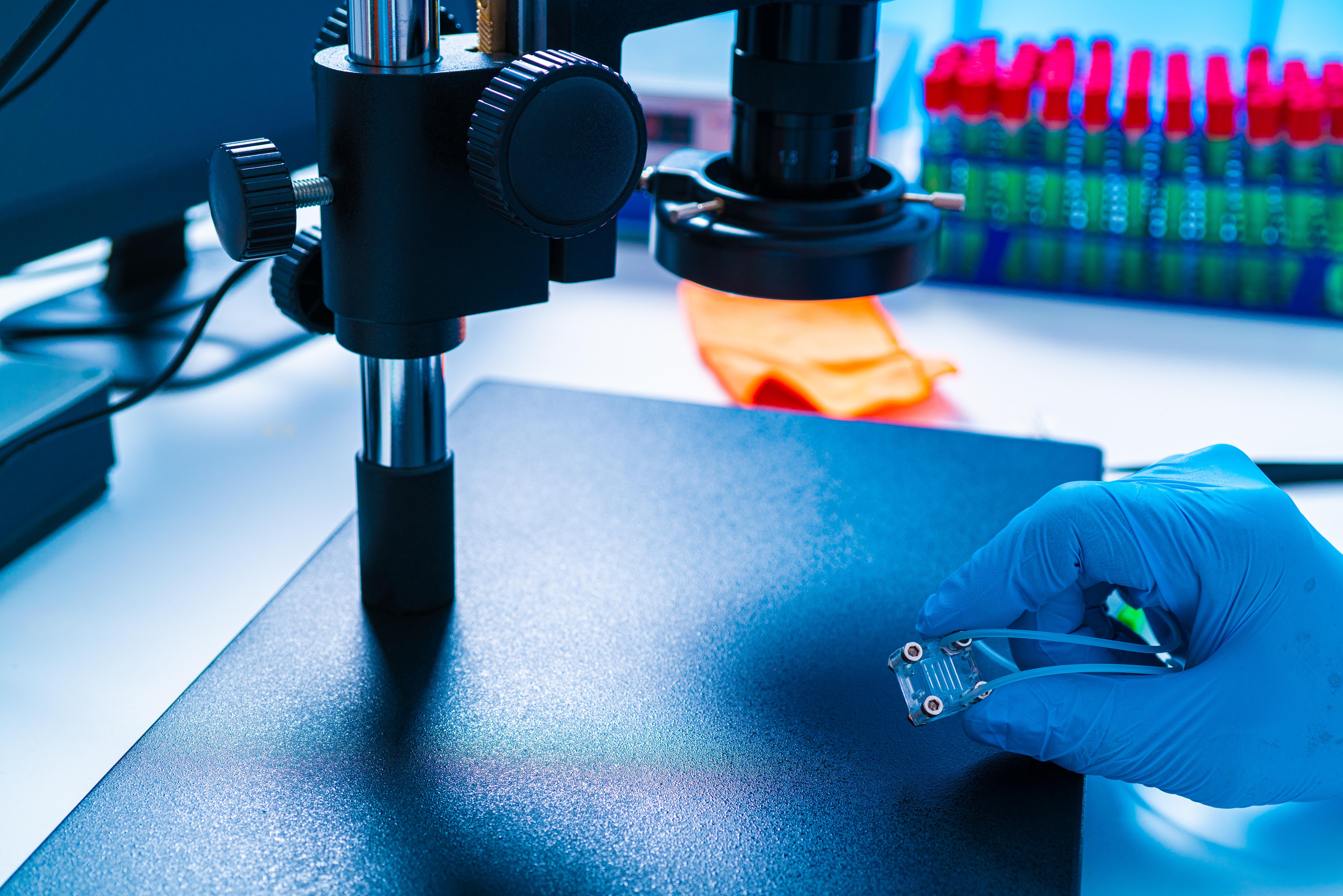 Voilà un test basé sur un capteur électrochimique à base de papier capable de détecter le COVID-19 en moins de 5 minutes (Adobe Stock 326042749)