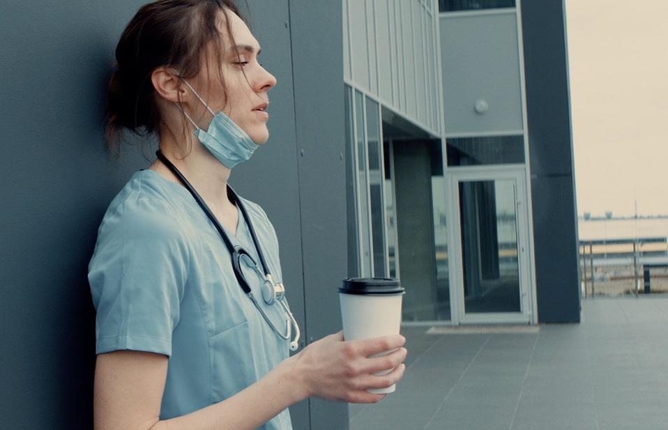 L'étude réfute l'idée largement partagée de pouvoir compenser,  avec la caféine, la perte de vigilance cognitive associée à la privation de sommeil (Visuel Adobe Stock 335506532)