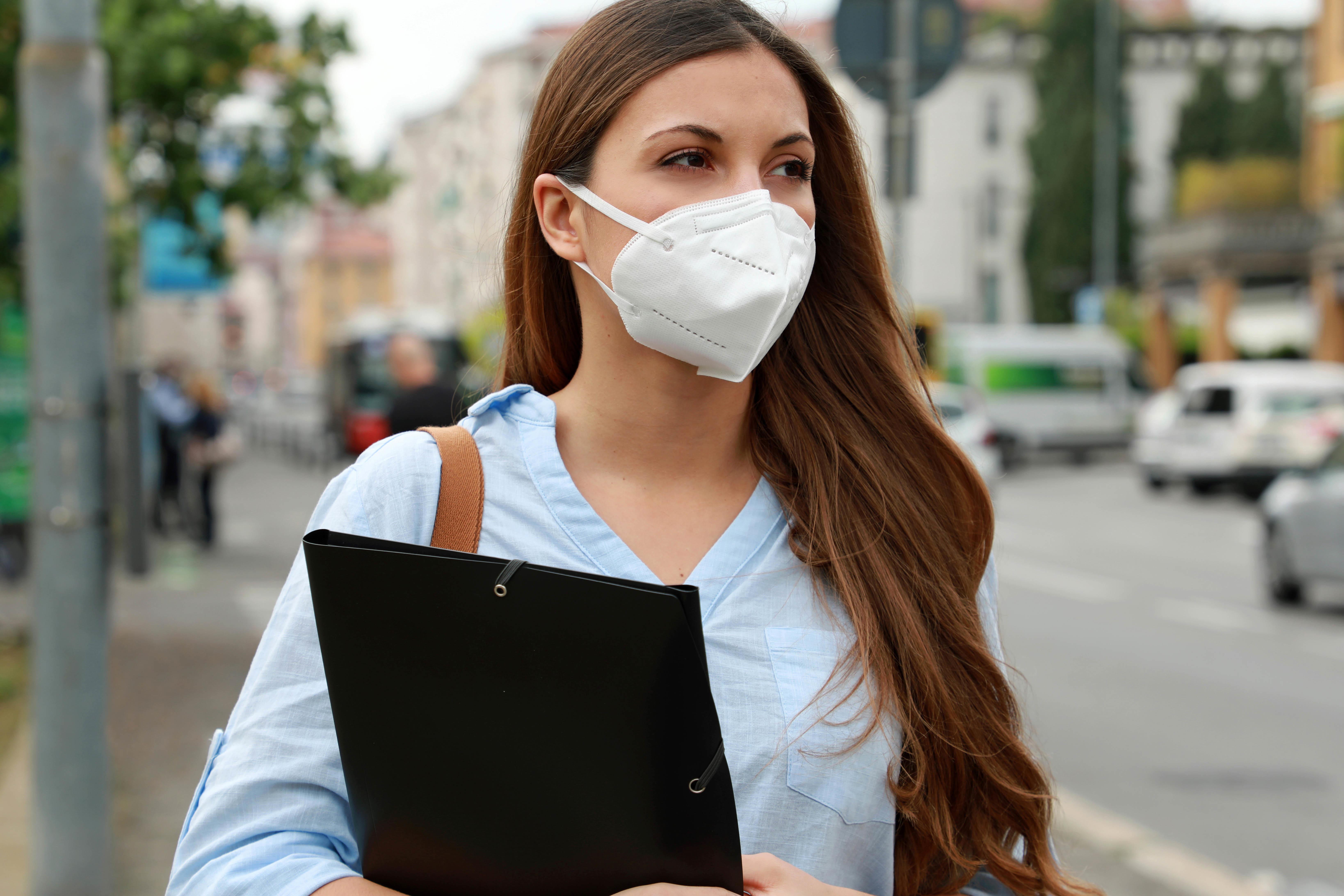 Les masques faciaux sont peu susceptibles de provoquer une surexposition au CO2, même chez les patients atteints d'une maladie pulmonaire (Visuel Adobe Stock 347373223)
