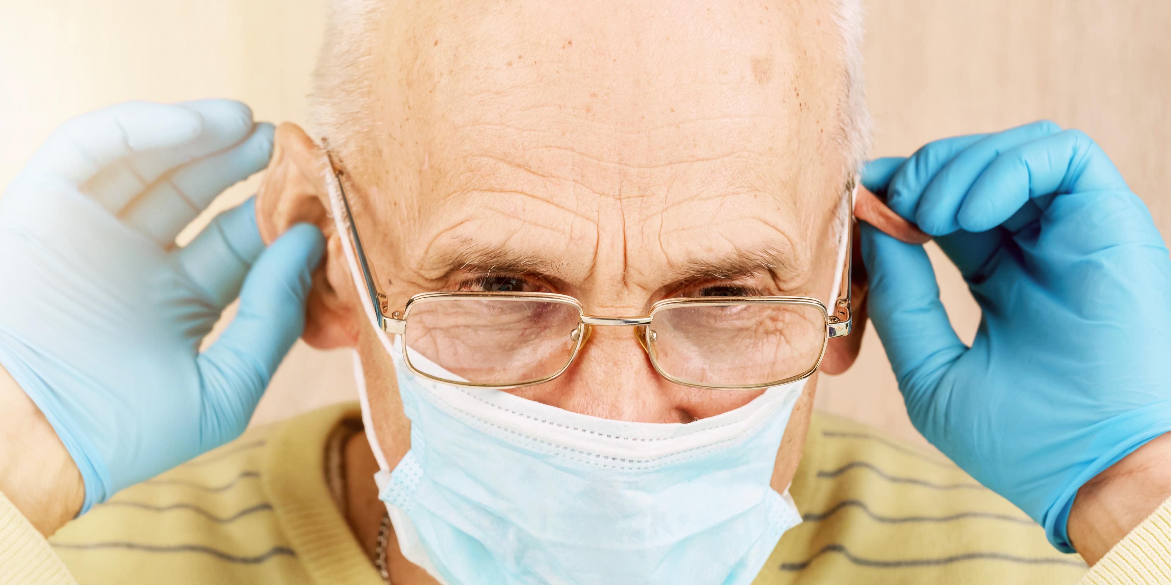 Il existe des solutions pour bien positionner son masque avec ses aides auditives et mieux entendre (Visuel Adobe Stock356320612)