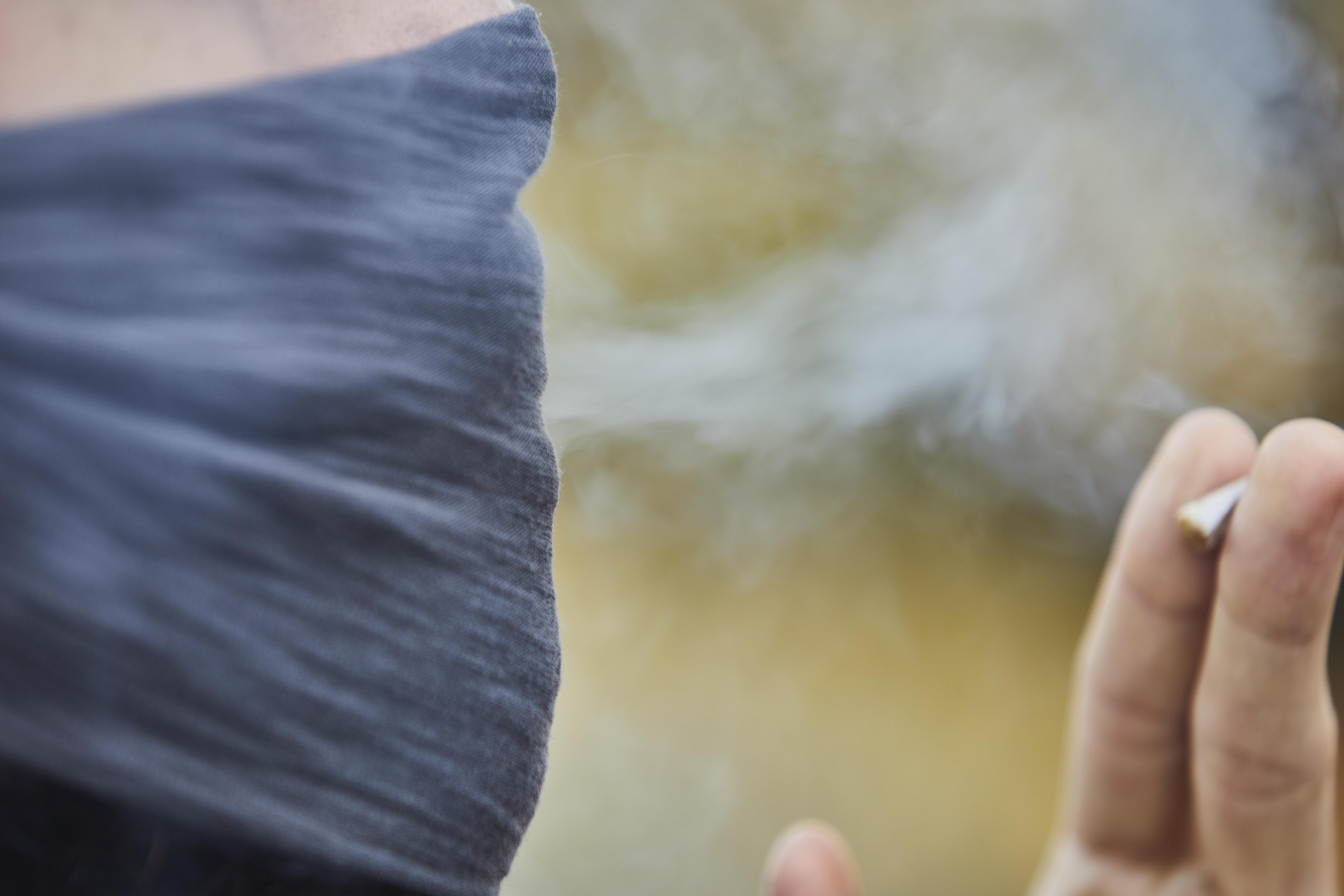 La fumée de cigarette a un impact toxique sur le biofilm bactérien, protecteur dans les poumons (Visuel Adobe Stock 362611429)