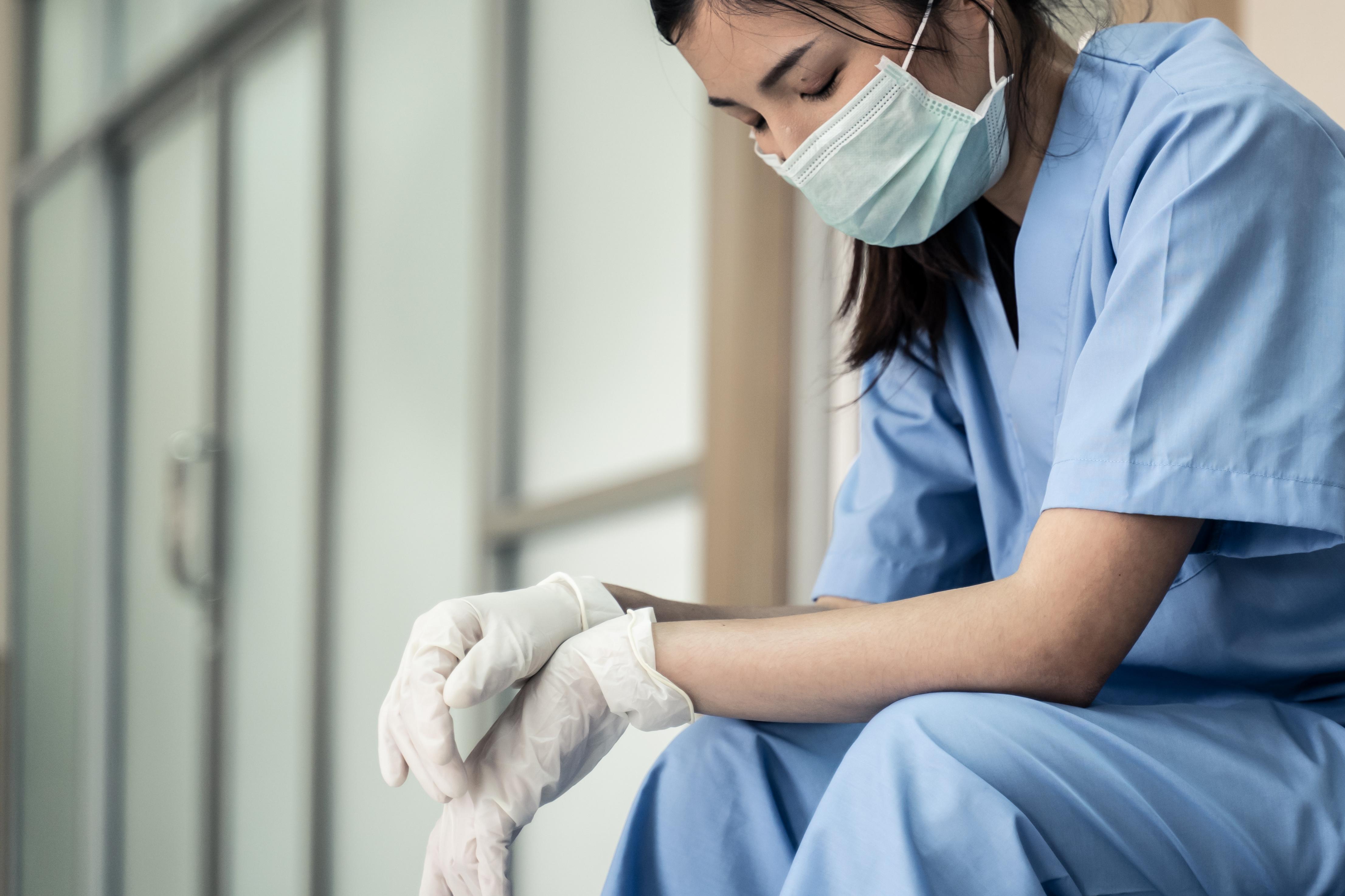 Durant la pandémie de COVID-19, les conditions de travail avec le plus souvent de longues périodes de soins aux patients ont gravement affecté la santé physique et mentale des infirmières (Visuel Adobe Stock 366204474)