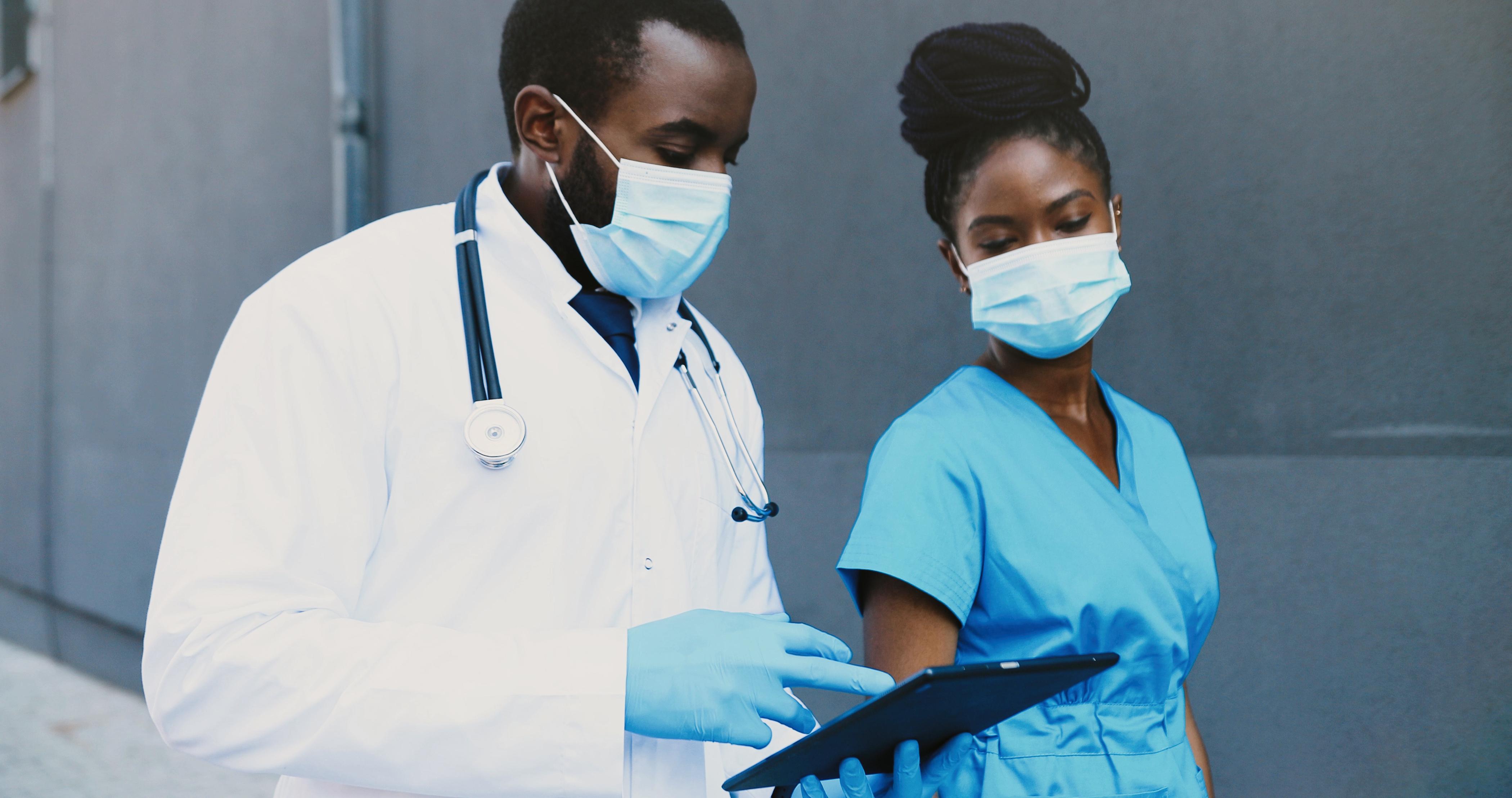 En hydratant le tractus respiratoire, les masques pourraient apporter un second effet de prévention contre les formes sévères de COVID-19 (Visuel Adobe Stock 381116381)