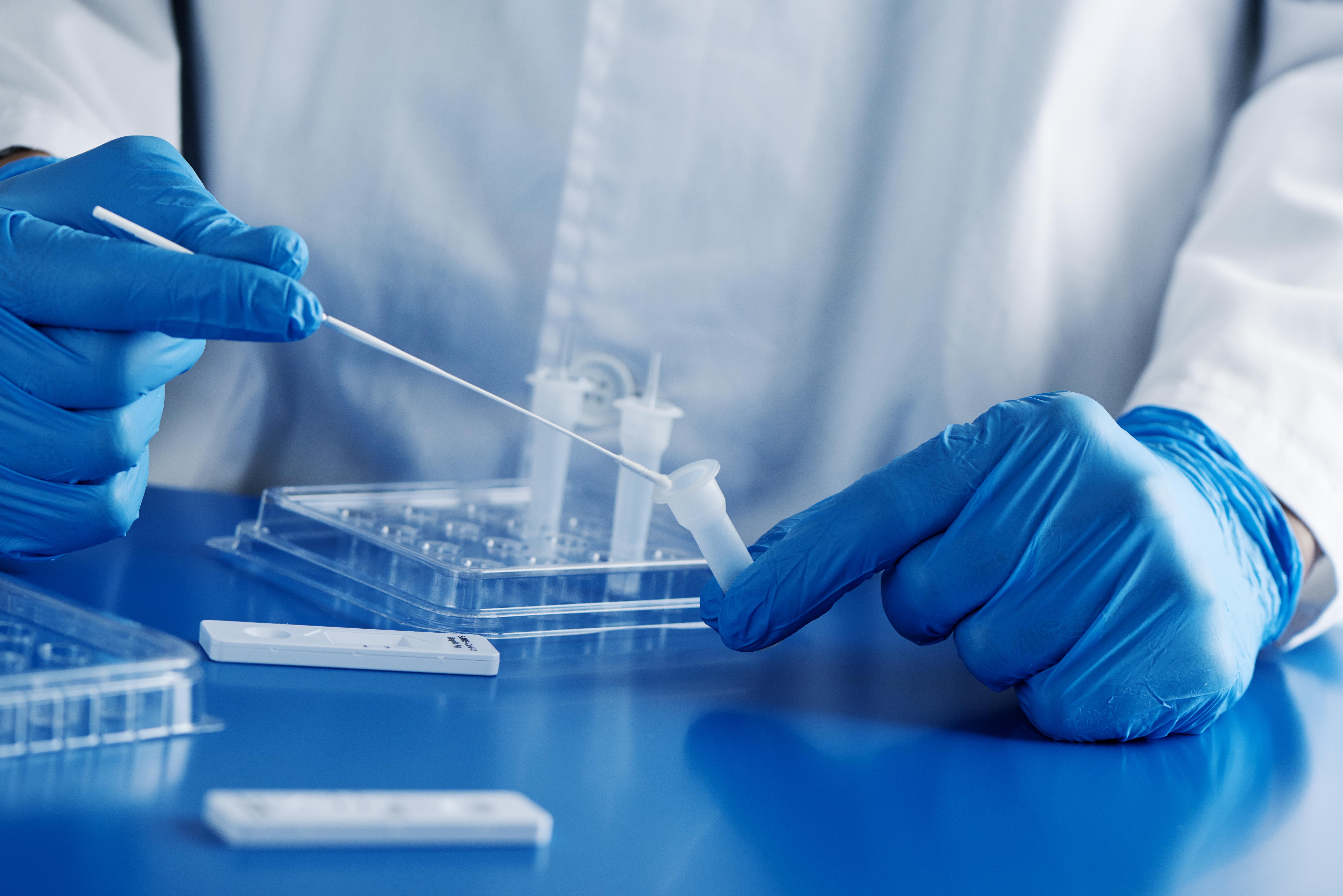 Mais comment la variante sud-africaine hautement infectieuse du SRAS-CoV-2, connue sous le nom de B.1.351, parvient à cet « échappement immunitaire » en cas de vaccination ? (Visuel Adobe Stock 409238884)