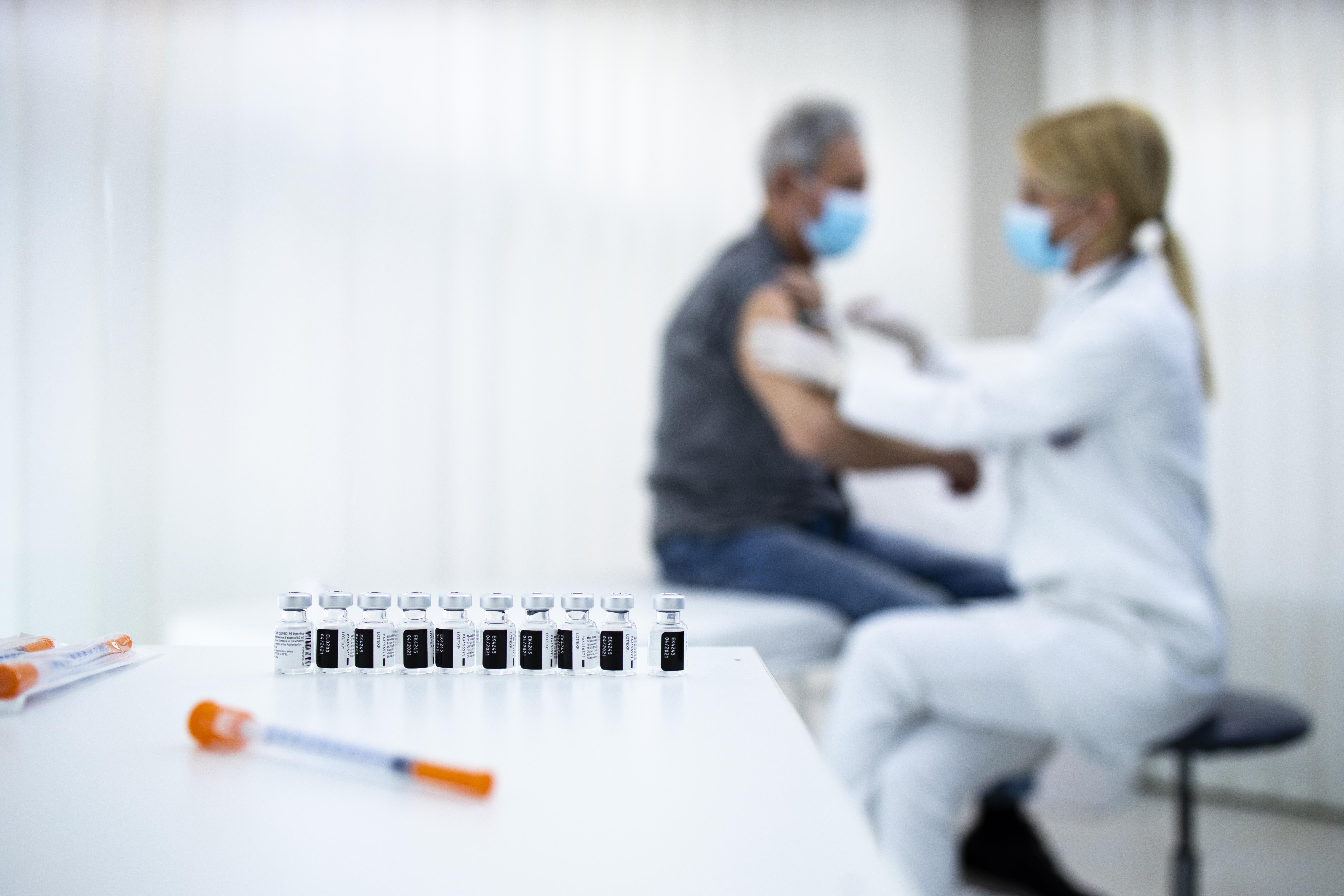 La vaccination contre le COVID-19 permet aussi de réduire le risque d'infection asymptomatique par le SRAS-CoV-2