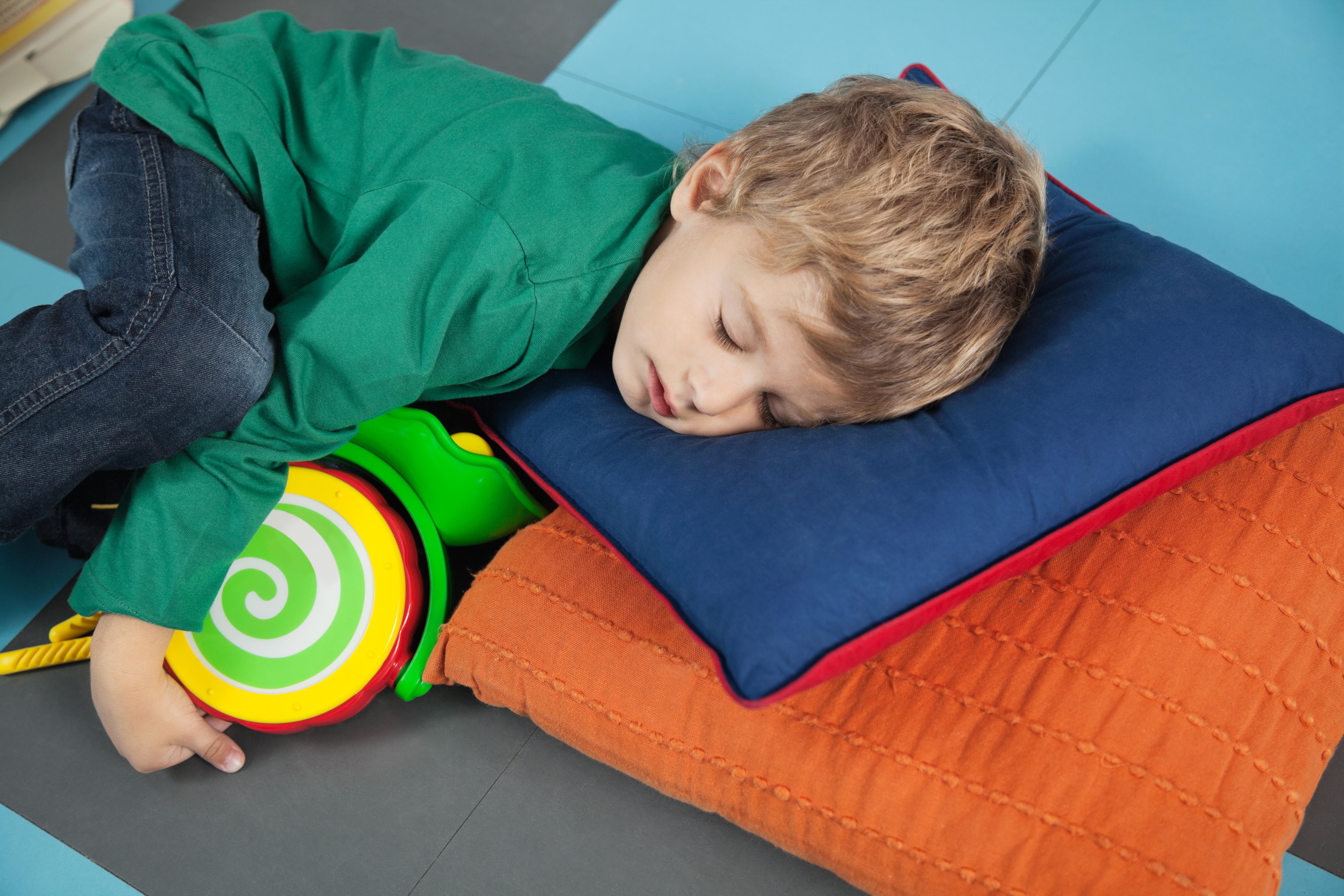 Les enfants qui font la sieste sont plus heureux, meilleurs dans leurs études et ont moins de problèmes de comportement