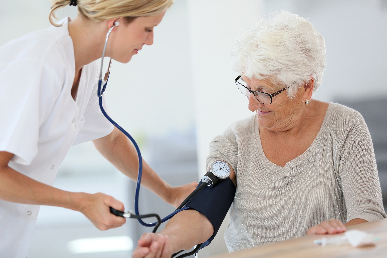 Les recommandations européennes recommandent une tension artérielle cible inférieure à 140/90 mmHg.