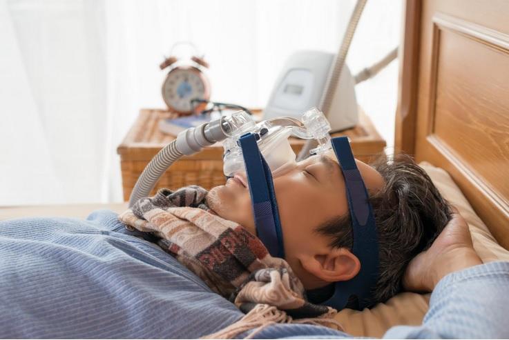 La pression positive continue, ou CPAP, la thérapie de référence pour prévenir ces périodes d'obstruction de la circulation d'air est loin d'être mise en œuvre dans la majorité des cas de SAOS, par manque de détection et de diagnostic mais aussi d'acceptation d'observance des patients.