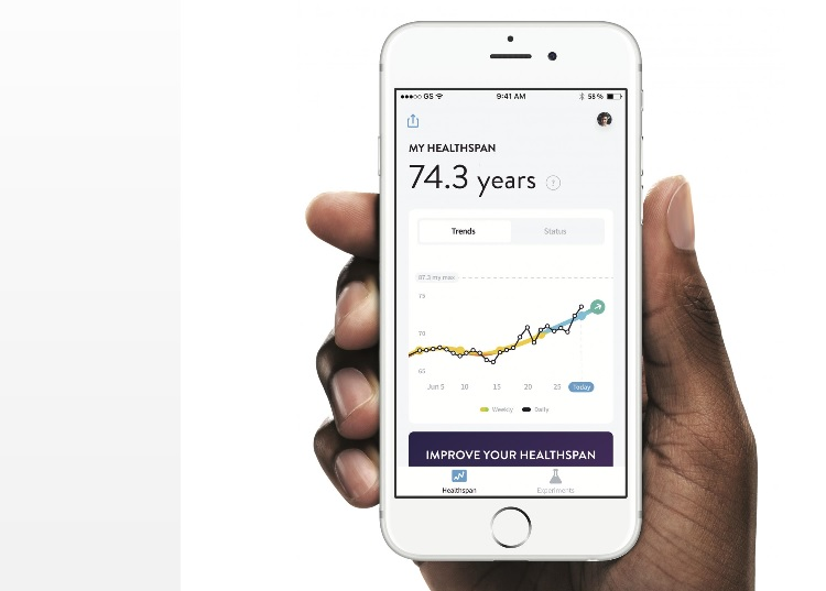 Une application mobile gratuite, « Gero Healthspan », qui nécessite un accès à quelques données de santé (dont le nombre de pas effectués chaque jour), permet de surveiller en temps réel les changements dans le « bio-âge » en réponse à ces interventions axées sur le mode de vie.