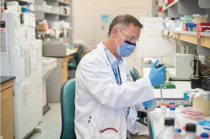 Le Dr Douglas Fraser, chercheur principal de la Schulich School of Medicine & Dentistry de Lawson et Western (Visuel), et médecin en soins intensifs confirme l'importance des implications à la fois pour l'étude mais aussi le traitement de la maladie (Visuel Lawson Health Research Institute)