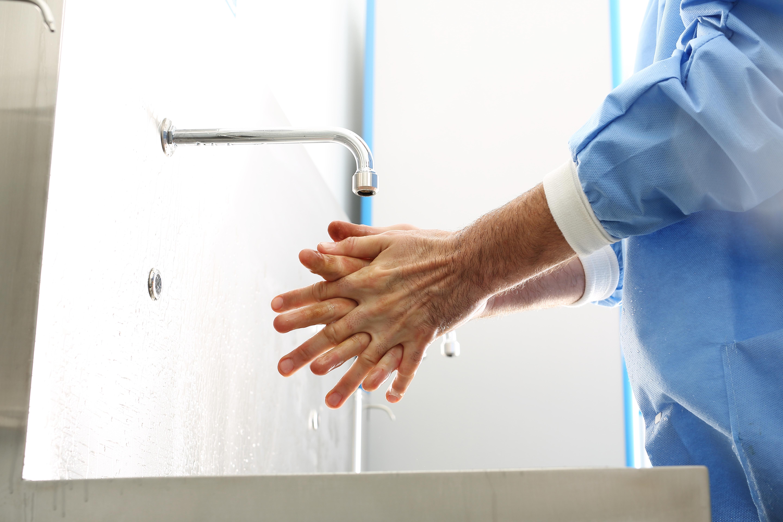 Comme toutes les infections qui se transmettent par gouttelettes, le virus peut se propager par contact entre les mains de personnes infectées et les surfaces fréquemment touchées