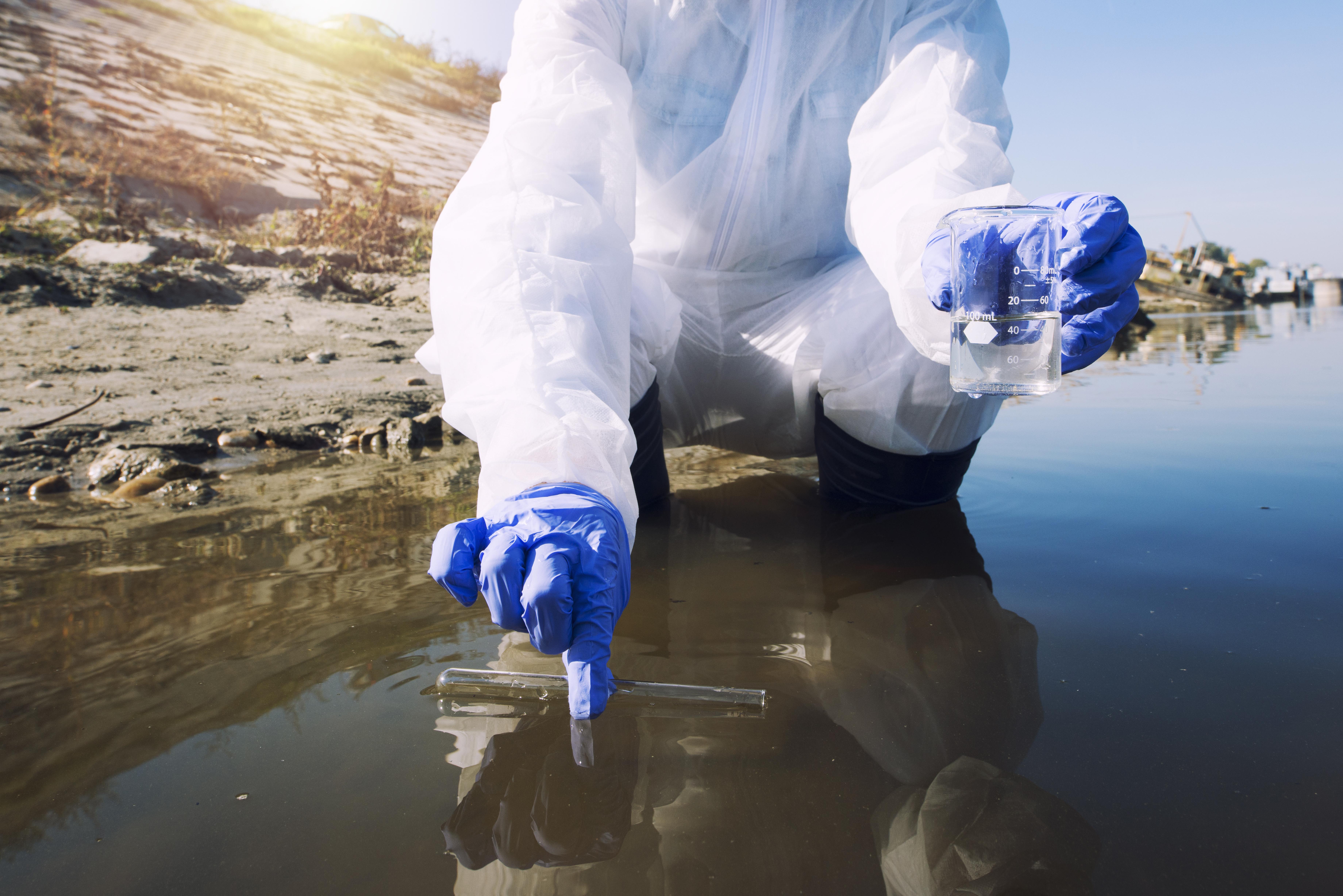 Si à ce jour, aucun cas de COVID-19 n'a été documenté comme causé par contamination par l'eau, le nouveau coronavirus est proche du SRAS et l'infection féco-orale est déjà documentée comme possible.