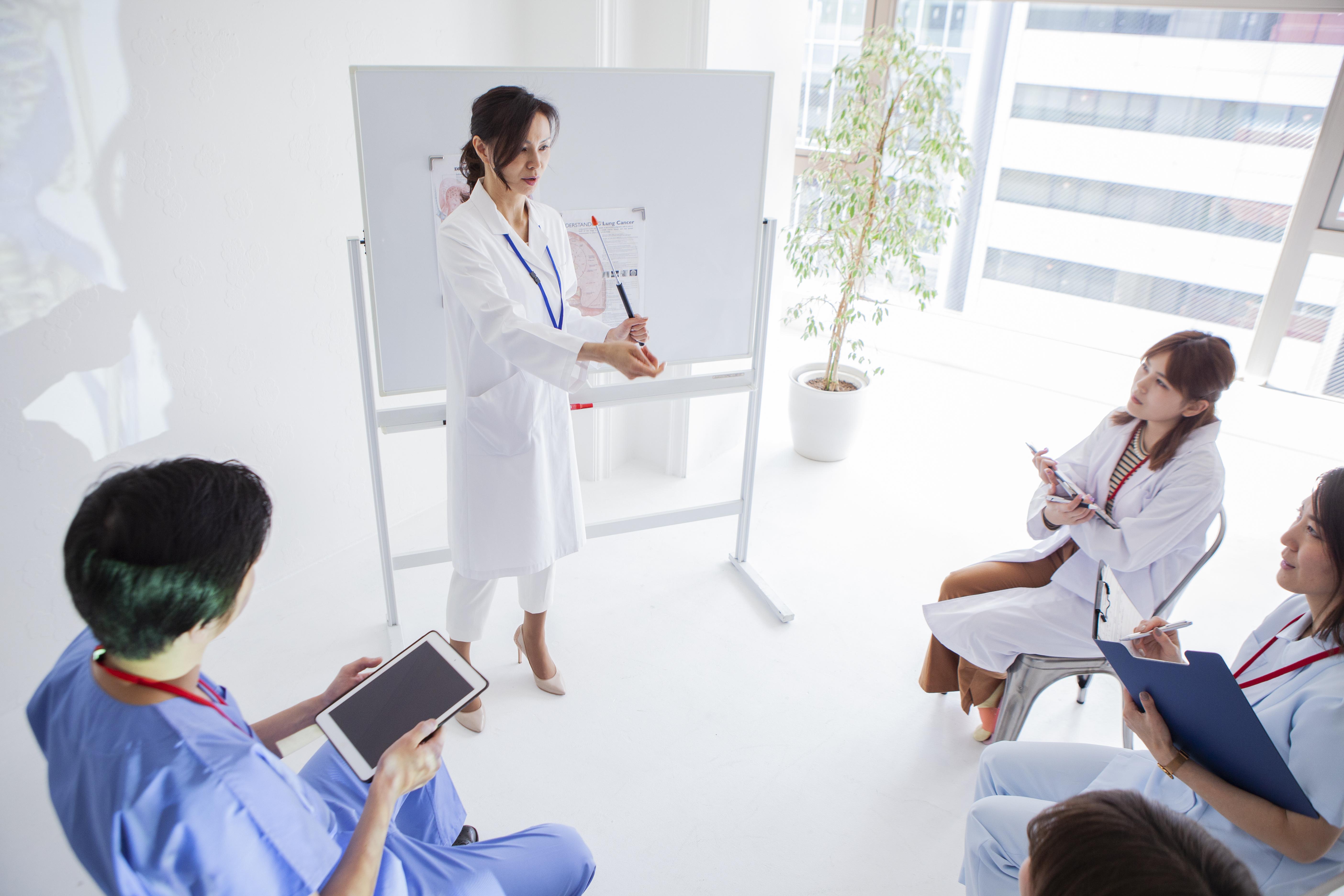 Une formation spécifique conduisant au diplôme d'état en pratique avancée (grade Master 2) (Visuel Adobe Stock 334629423).