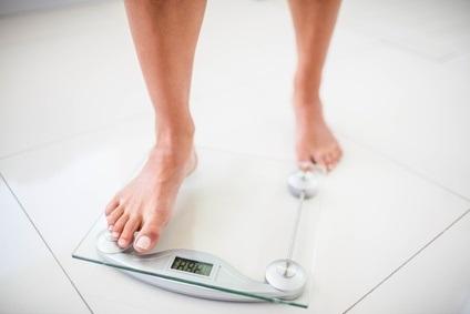 Une perte de poids même modérée, comprise entre 5% et 10% du poids corporel suffit à entraîner une réduction importante de fréquence des fuites.