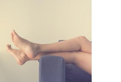 Des exercices des jambes, effectués en allongeant le pied toutes les 2 secondes pendant un tiers du temps passé couché, contribuent à rétablir le flux sanguin