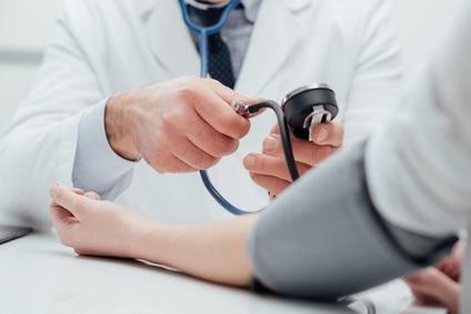 Une pression artérielle très élevée est le principal facteur de lésion des organes vitaux chez les diabétiques, l'intervention la plus importante pour prévenir les urgences hypertensives est donc de mieux gérer la pression artérielle des patients