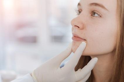 Car si l'acné n'est pas une maladie mortelle, son fardeau psychologique est élevé. La condition porte souvent atteinte à l'estime de soi, en particulier pendant l'adolescence.