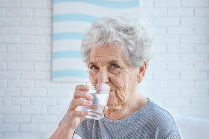 Plus fragiles aux fortes chaleurs et plus isolées, de nombreuses personnes âgées n'adoptent pas les bons réflexes