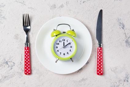 Manger lentement pourrait contribuer à réduire le risque d'obésité