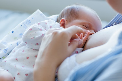 Les bébés utilisent en effet ce sens du toucher pour trouver et s'attacher au sein de leur mère.