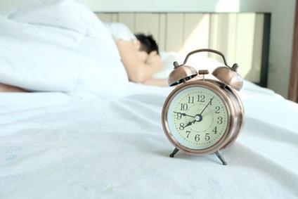 Respecter son « horloge corporelle », notamment par des horaires de sommeil réguliers favorise la bonne humeur et le bonheur