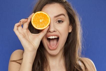 La dégustation d'une orange par jour est associée à une réduction de plus de 60% de développer une DMLA, 15 années plus tard.