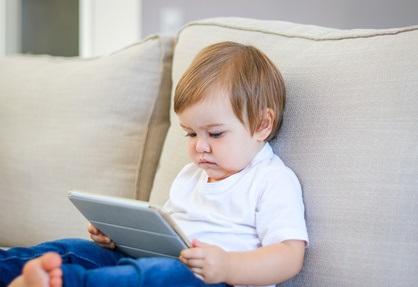 Les jeunes passent en moyenne 5 à 7 heures à l'écran pendant leurs journées de loisir.