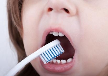 Le symptôme des « dents crayeuses » est caractérisé par une hypominéralisation et un défaut du développement de l'émail dentaire.