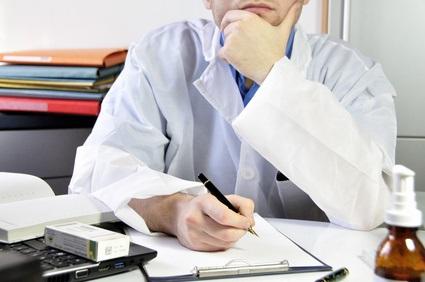 Fournir des conseils et des prescriptions aux membres de sa famille et aux amis, est une pratique courante pour les médecins