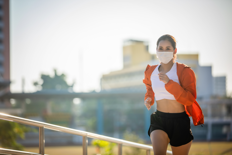 Pratiquer l'exercice avec un masque, oui, c'est tout à fait possible car les masques n'altèrent pas la fonction pulmonaire pendant l'activité physique (Visuel Adobe Stock 330880057)