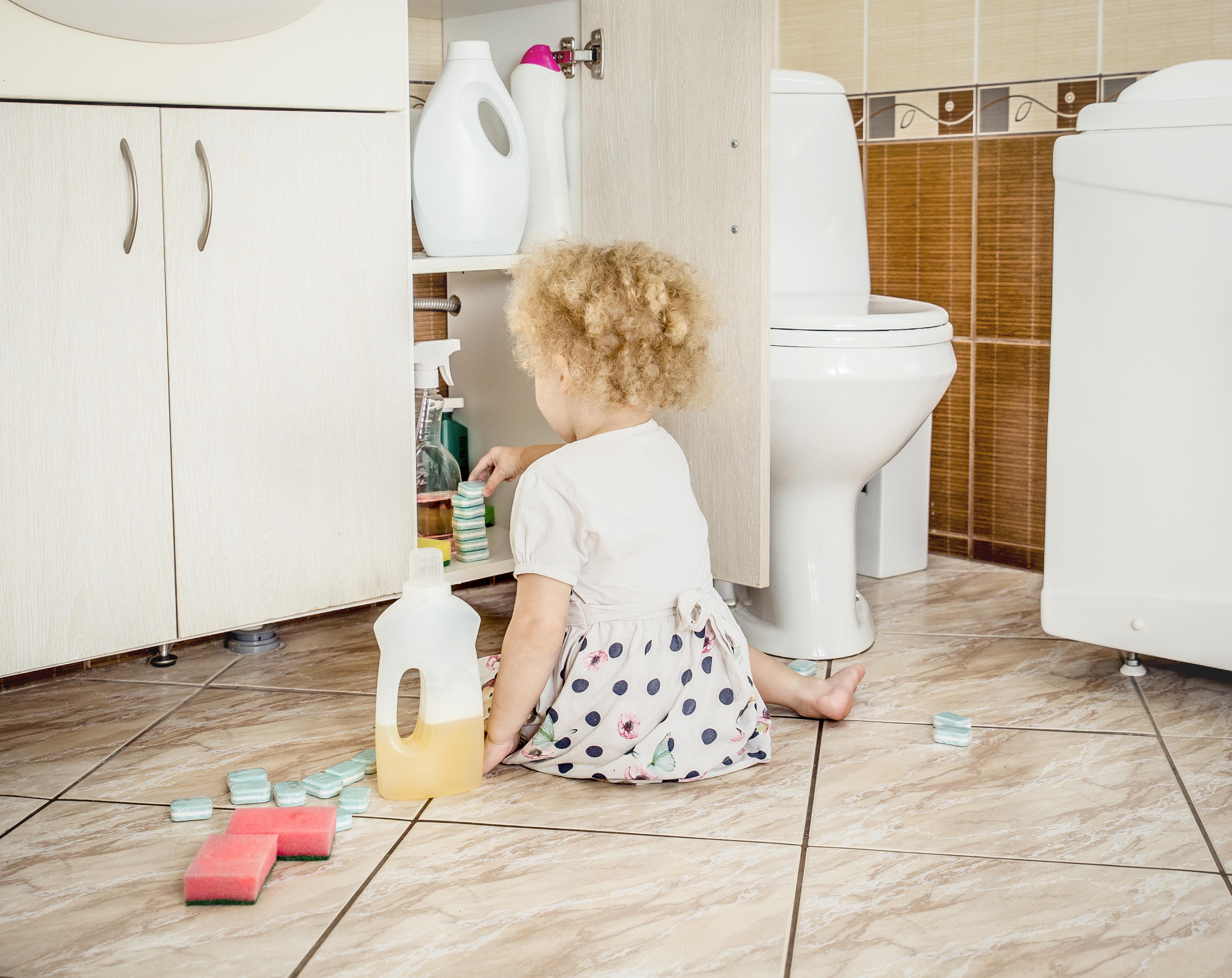 les jeunes enfants continuent d'être le groupe d'âge avec le taux d'exposition oculaire le plus élevé aux produits ménagers