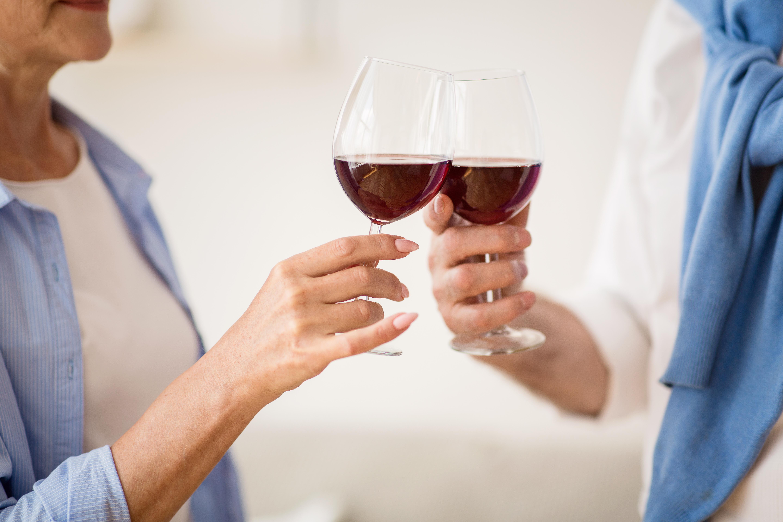 Une consommation d'alcool faible à modérée (soit 1 ou 2 verres par jour) est associée à des trajectoires cognitives significativement plus positives (AdobeStock_291966736)