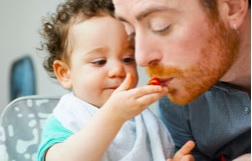 Cette étude révèle la dualité de réponse des parents, passive ou « trop » active, face aux difficultés d'alimentation de leur enfant.