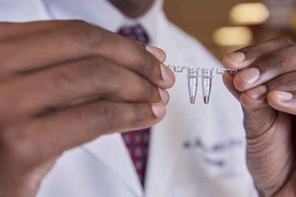 Ce nouveau test d'ADN HIrisPlex-S est capable de prédire simultanément la couleur des yeux, des cheveux et de la peau à partir d'un échantillon d'ADN d'un individu « non identifié »