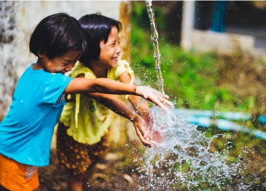 Les enfants qui ont le grand accès aux sources d'eau naturelles et à la plus grande couverture arborée ont moins de risque de maladies