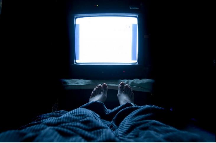 Supprimer toute source de lumière juste avant et pendant le sommeil pourrait permettre de réduire le risque d'obésité, chez les femmes