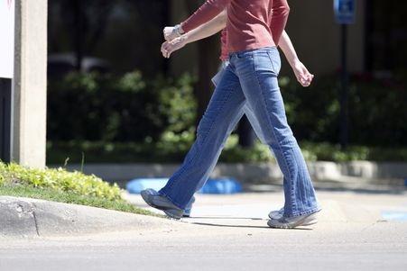 La pratique de la marche réduit le risque de maladie cardiaque, de diabète, de cancer du sein et du côlon et plus globalement le risque de décès prématuré.