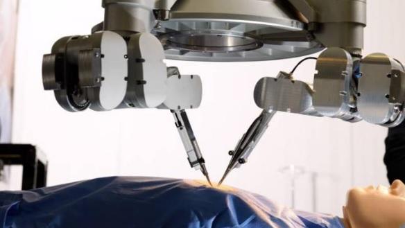 Le robot est utilisé ici pour suturer des vaisseaux de 0,3 à 0,8 millimètre dans le bras du patient.